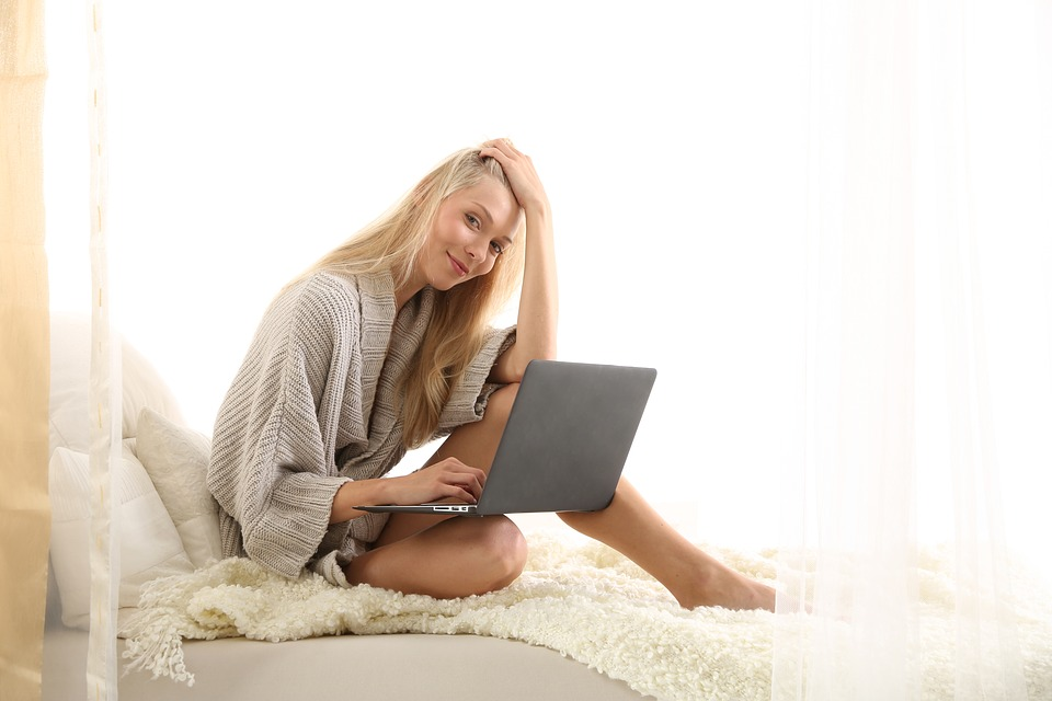 6 Ergonomic Tips for Working Comfortably in Bed
